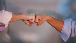 Männer grüßen mit faust-handschlag